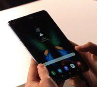 Samsung представила первый сгибающийся смартфон